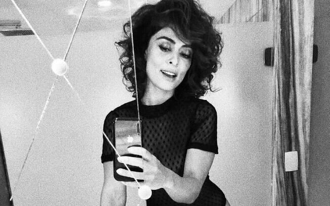 Juliana Paes compartilhou diversos cliques em que aparece sensual nos bastidores de ensaio fotográfico