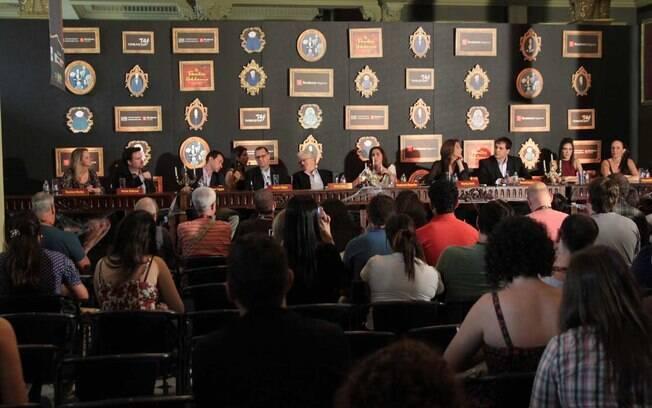 Daniel Boaventura, Marisa Orth e o resto do elenco durante a coletiva de imprensa