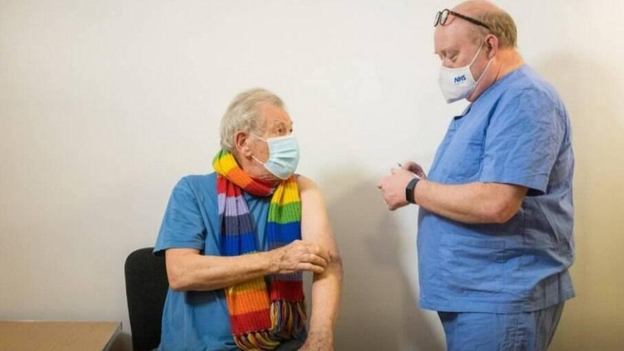 Ian McKellen no dia de receber a vacina contra Covid-19
