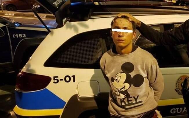 Jovem que teve testa tatuada com a frase 'eu sou ladrão e vacilão' por dois homens em julho de 2017 foi detido hoje