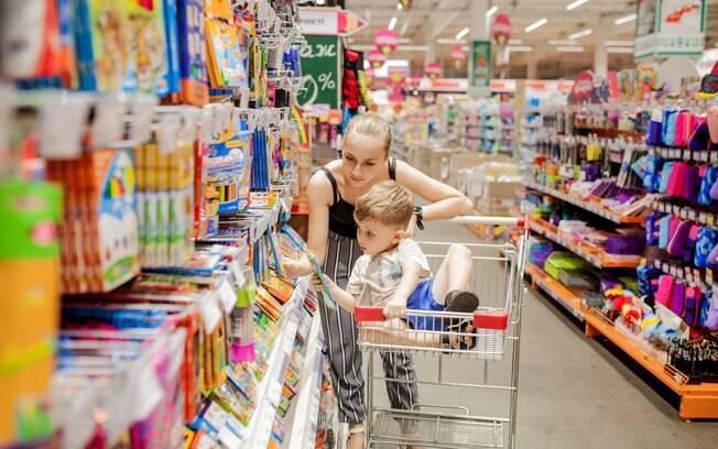 mãe e filho comprando material escolar