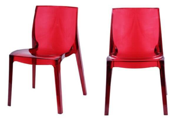 Esse modelo em acrílico vermelho possui personalidade, e compõe bem um conjunto mesa aparador em laca branca; móvel está com 48% de desconto no site da Marabraz