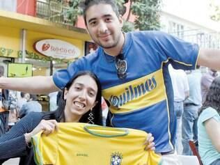 Fora ingleses.O casal argentino Ana Luz Guzman e Emanuel Fuentes toleram o Brasil e chegaram a comprar uma camisa da seleção canarinho, mas nunca fariam o mesmo com a rival Inglaterra