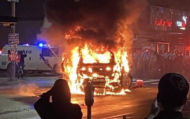 Carros foram incendiados e lojas saqueadas durante noite violenta de protestos nos EUA