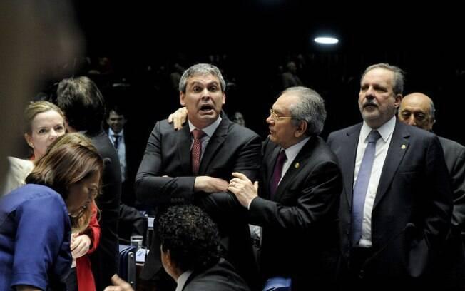 Lindbergh Farias é segurado pelo senador Raimundo Lira durante segundo dia do julgamento de Dilma Rousseff