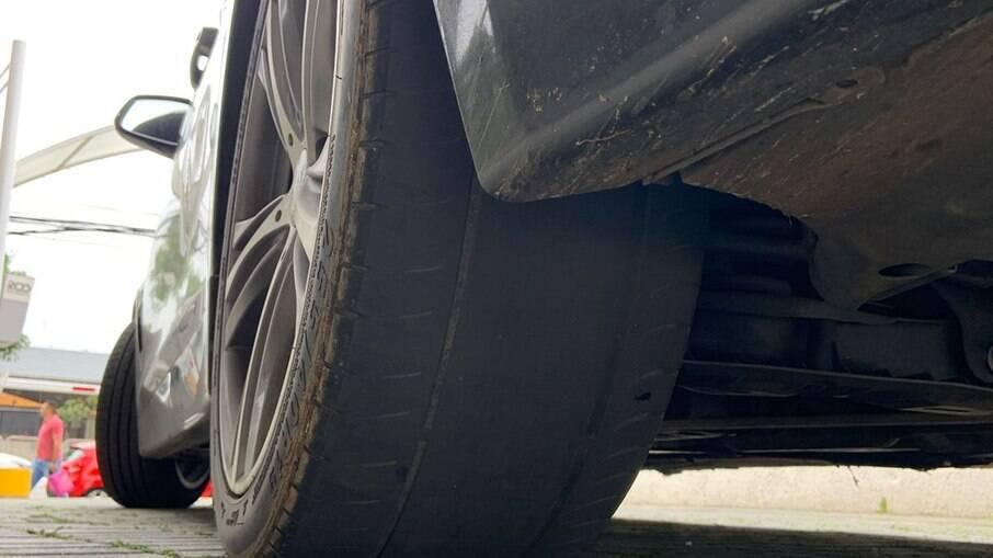 Pneus WanLi nas medidas 255/40 R19 estão desgastados após 4.000 quilômetros percorridos