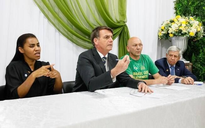 Luciano Hang (verde) participa de live ao lado do presidente Jair Bolsonaro (PSL); ele ironizou o namoro do ex-presidente Lula