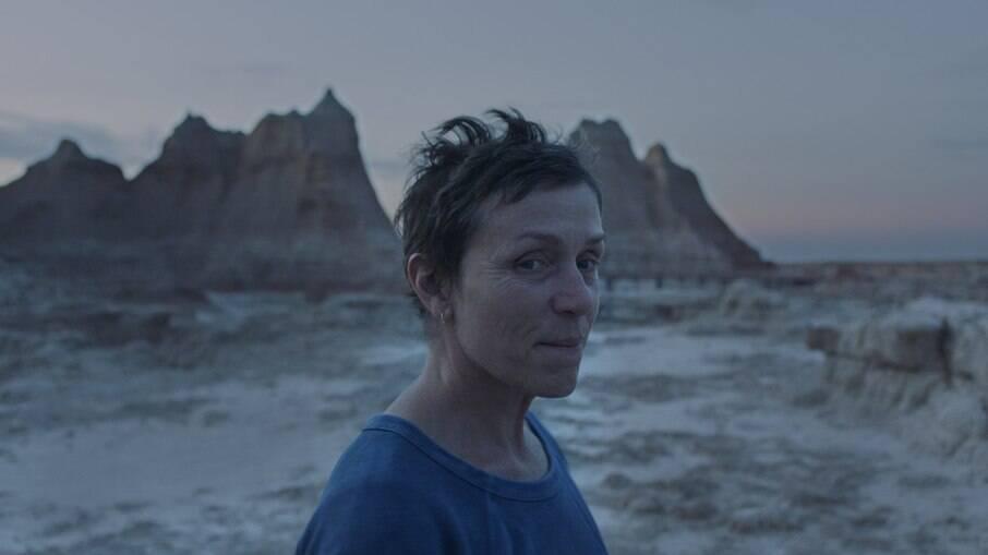 Nomadland fala sobre a Grande Recessão nos Estados Unidos do ponto de vista de uma mulher que mora em uma van