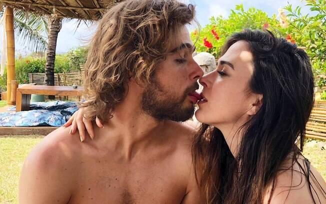 Tatá Werneck beijando o noivo Rafael Vitti