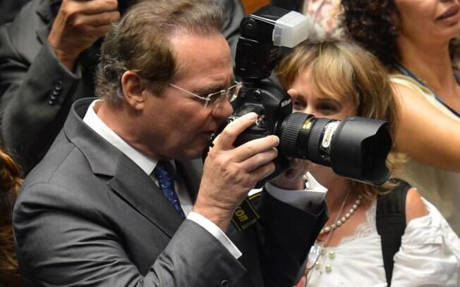 Renan Calheiros brinca com fotógrafa depois de ser reeleito para a presidência do Senado