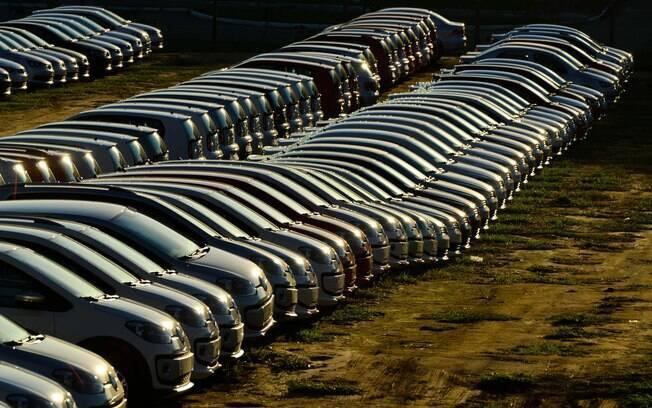 Robô mata trabalhador dentro de fábrica da Volkswagen