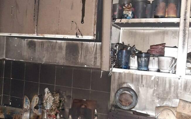 Bombeiros chegaram ao local e encontram idosa desacordada por inalação de fumaça.