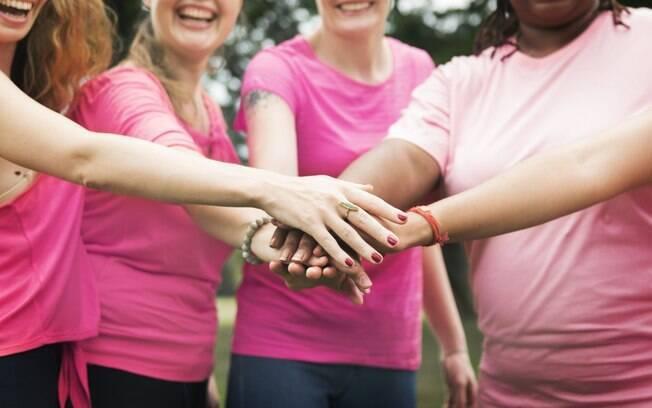 mulher com camiseta rosa