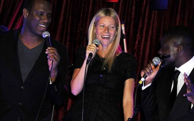 Gwyneth Paltrow subiu ao palco para cantar uma música