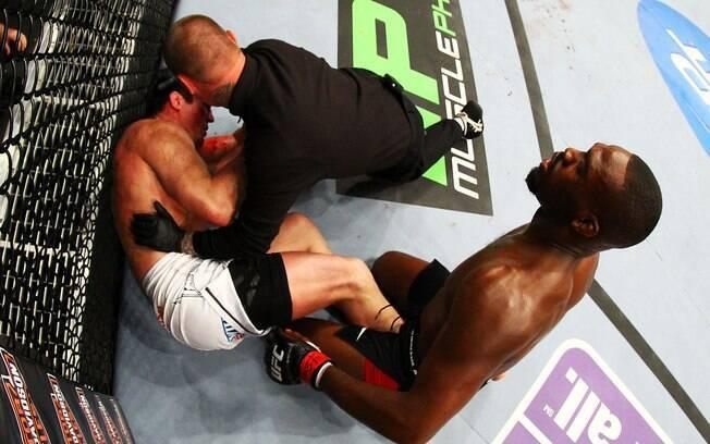 Luta é interrompida ainda no primeiro round  pelo juiz após série de golpes de Jones