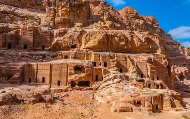 Em geral, as atrações de Petra são esculpidas  em pedras, sendo considerada uma das áreas histórias mais importantes