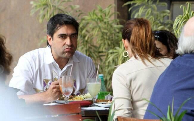 Zeca Camargo e Renata Ceribelli conversam durante almoço