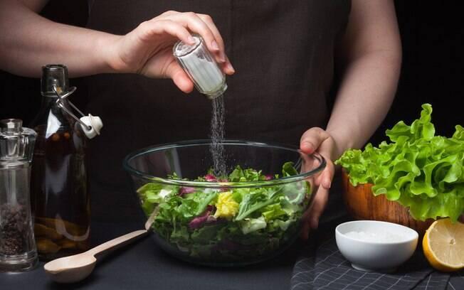 Saber como substituir o sal por outros temperos é uma boa ideia para quem busca uma alimentação mais saudável