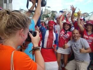 Torcedores holandeses e costa-riquenhos fazem a festa em Salvador