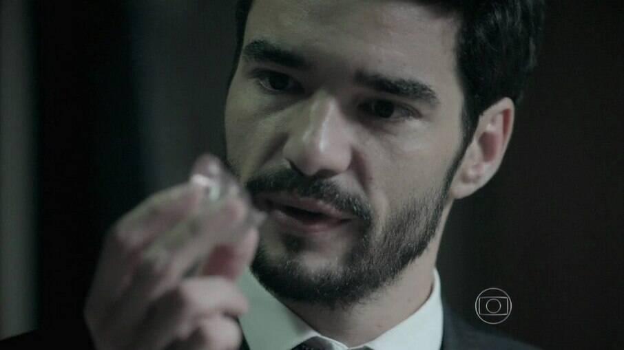 José Pedro rouba o diamante rosa do irmão
