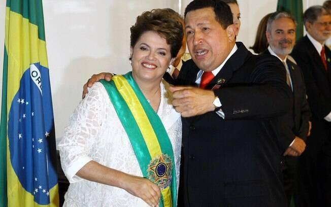 Dilma Rousseff e Hugo Chávez conversam durante cerimônia de posse da presidente em janeiro de 2011