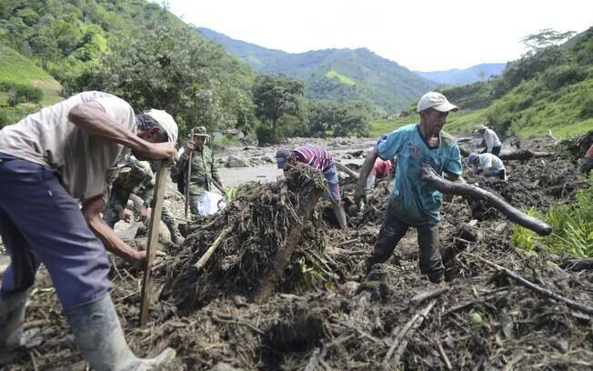 Moradores procuram por sobreviventes após avalanche em Salgar, no estado de Antioquia, noroeste da Colômbia (18/05)