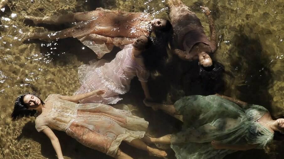 A diretora Petra Costa fez o documentáro sobre sua irmã, que se suicidou