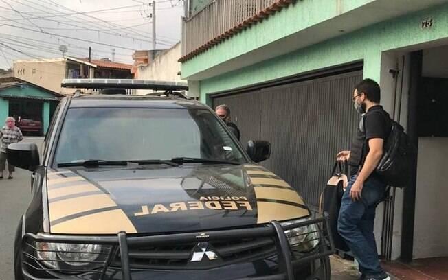 Polícia Federal cumpre mandados contra um dos acusados na operação