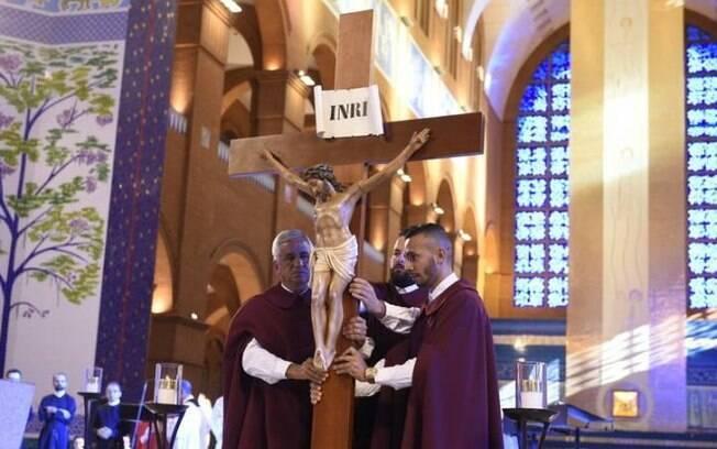 Fiéis celebrando as 7 palavras de cristo na cruz