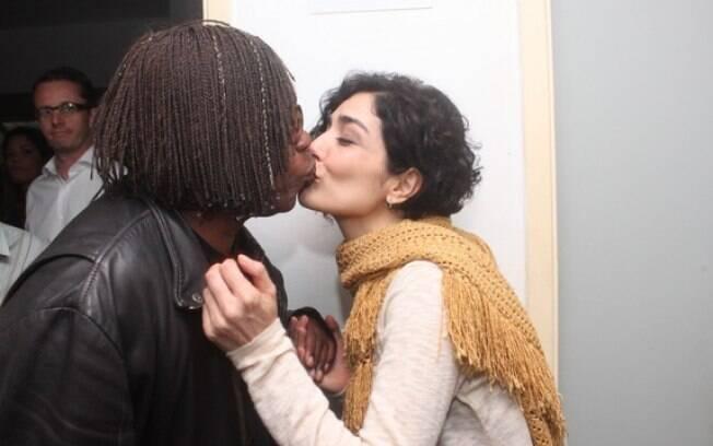 Letícia Sabatella dá um selinho em Milton Nascimento nos bastidores do show de Joe Cocker