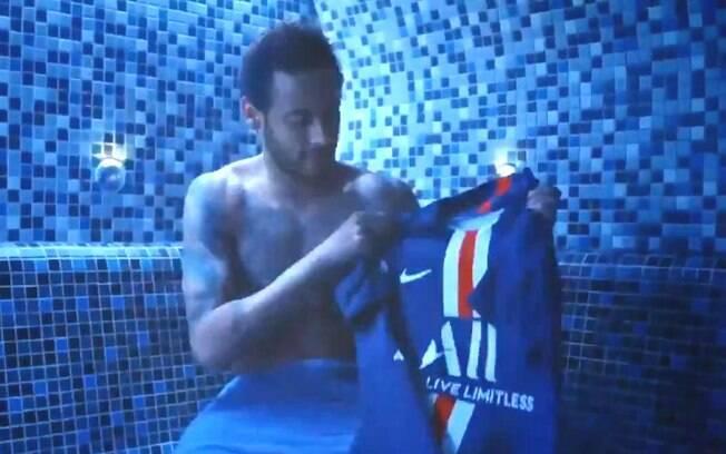 Neymar joga camisa do PSG no lixo em comercial. O vídeo, claro, é editado