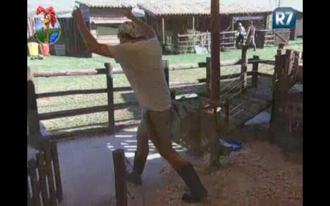 Enquanto Marlon brinca com Valesca, Thiago espanta as galinhas