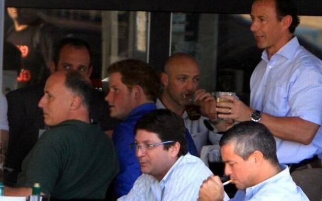 Príncipe Harry em bar carioca