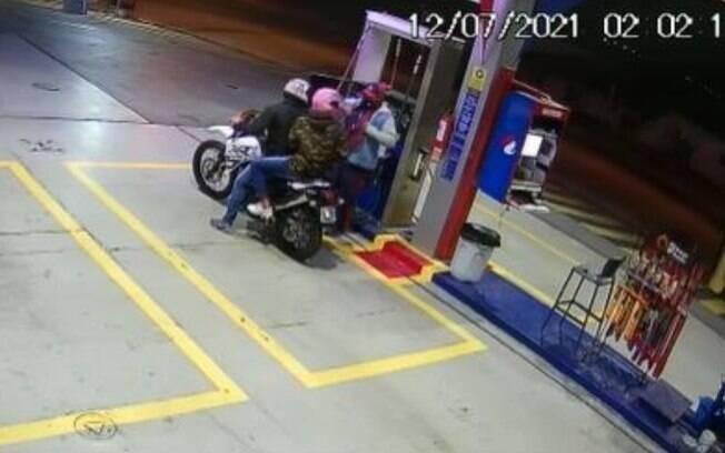 VÍDEO: Casal de moto rouba R$ 1,2 mil de posto de combustíveis em Paulínia