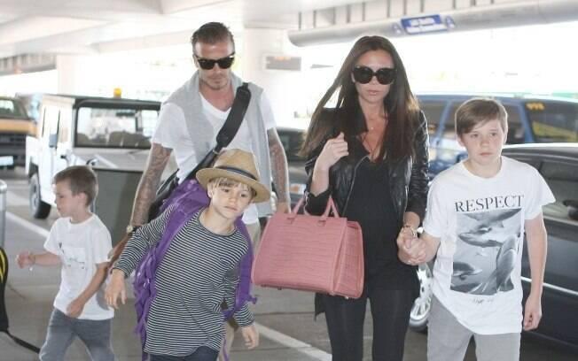Família Beckham segue para Londres para casamento real