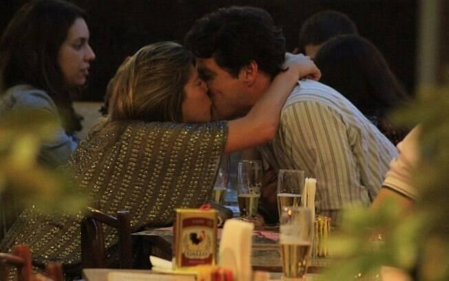 Marcelo Serrado troca beijos com Roberta Fernandes em restaurante, no Rio