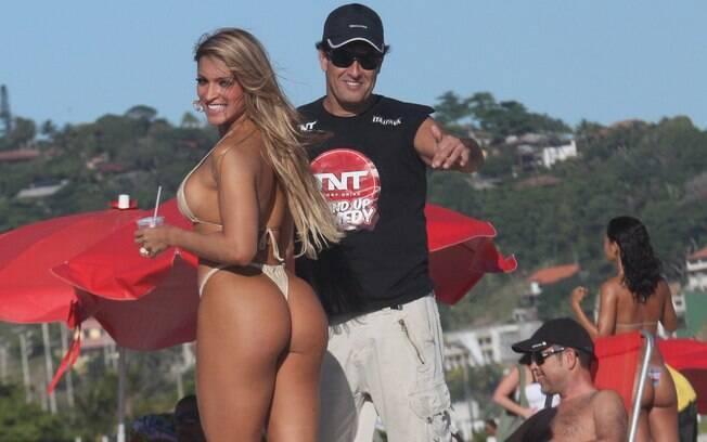Sérgio Mallandro grava novo programa nas areias do Rio