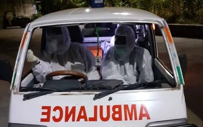 Ambulância foi atacada por multidão que queria impedir enterro de médico morto pela covid-19