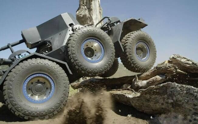Tanque Ferret preparado pela fabricante de pneus Toyo Tires encara obstáculos radicais