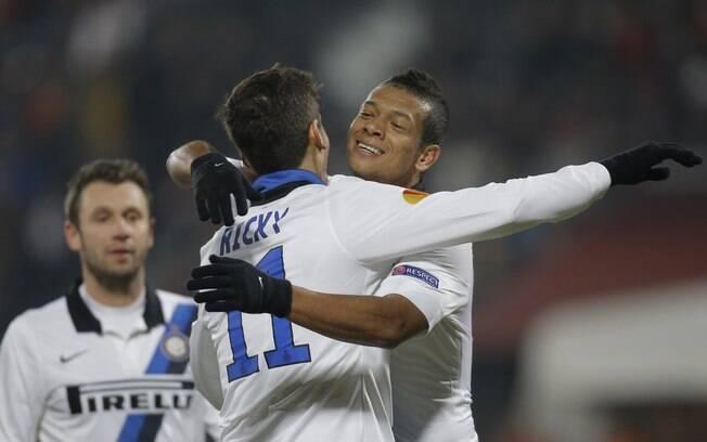 Fredy Guarin (dir.) e Ricky Alvarez  comemoram: Inter vence Cluj por 3 a 0 e se  classificou