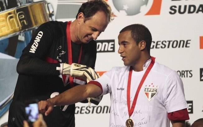 Rogério Ceni coloca a faixa de capitão em  Lucas na comemoração do título da Sul-Americana