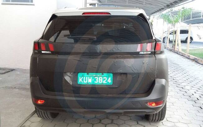 Peugeot 5008 é visto de traseira, ainda camuflado, com placas de testes de Porto Real (RJ)