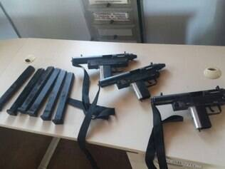 Armas foram apreendidas durante abordagem nesta terça