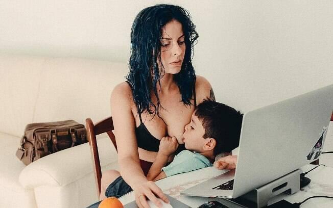 Yakaly Di Roma compartilha nas redes sociais como amamentar seu filho autista de quatro anos o acalma e lhe dá segurança