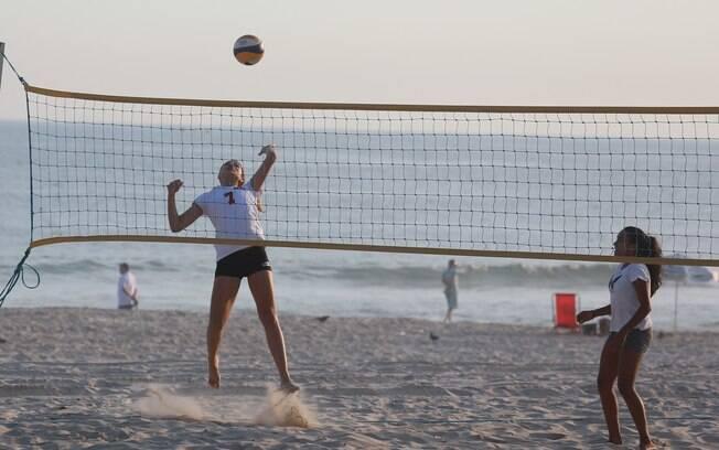 Sasha foi fotografada jogando vôlei na tarde desta terça-feira (1º)