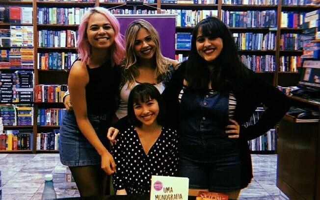 Equipe da Duplo Sentido Editorial com uma de suas autoras, Ana Yassuda.