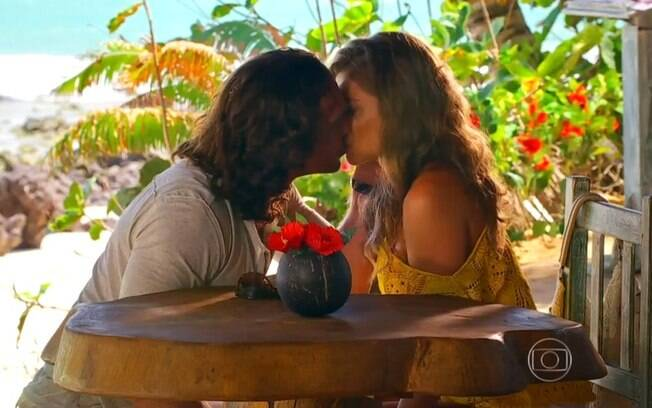 Alberto (Igor Rickli) e Ester (Grazi Massafera) se beijam, em