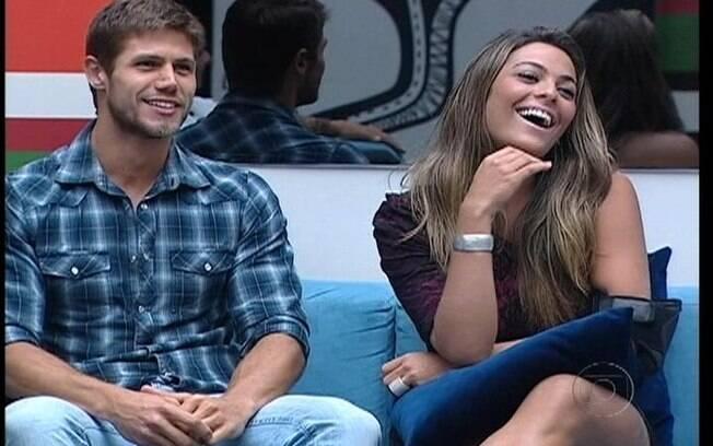 Monique ri das provocações de Bial e Jonas sente-se constrangido