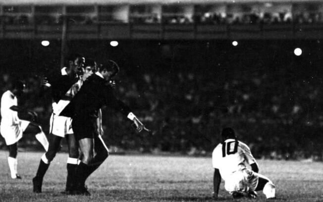 Pelé cai na área e tem pênalti assinalado para o Santos no Maracanã, em 1969, contra o Vasco. Ele acertou a cobrança e chegou ao gol 1000 na carreira. Foto: Gazeta Press