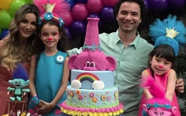 Comediante Marco Luque posa ao lado da esposa, Flávia Vittorino, e das filhas, Isa e Mel, na festa dos Trolls